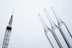 Ampolas e seringa Fotografia de Stock