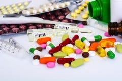 Ampollas médicas, botellas, píldoras y jeringuillas, en blanco Foto de archivo