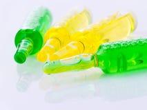 Ampollas médicas y jeringuilla aisladas en el fondo blanco Foto de archivo