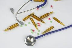 Ampollas, píldoras y estetoscopio médicos Fotos de archivo libres de regalías
