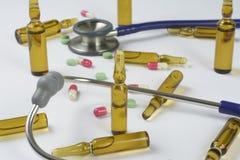 Ampollas, píldoras y estetoscopio médicos Fotografía de archivo