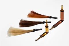 Ampolle con i campioni colorati di capelli Fotografie Stock