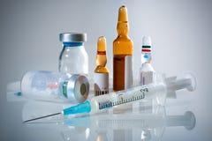 Ampolle e siringa mediche Immagini Stock