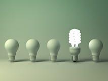 Ampoule économiseuse d'énergie d'Eco, une ampoule fluorescente compacte rougeoyante se tenant des ampoules incandescentes non all Illustration Libre de Droits