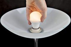 Ampoule électrique changeante de LED dedans des lampadaires, plan rapproché Images libres de droits