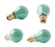 Ampoule électrique simple se trouvant de son côté, d'isolement au-dessus du fond blanc Photo stock