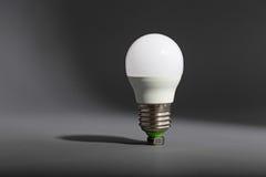 Ampoule électrique sur un fond gris Photo stock