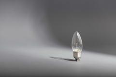 Ampoule électrique sur un fond gris Photographie stock