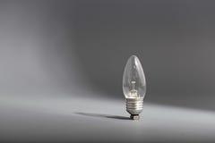 Ampoule électrique sur un fond gris Photos stock