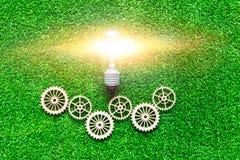 Ampoule électrique, vitesses sur le fond de l'herbe verte artificielle photo stock