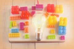 Ampoule avec les jouets colorés de bloc jpg Images libres de droits