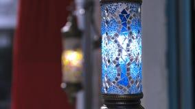Ampoule bleue et rouge de dinde sur le fond rouge de robe photographie stock