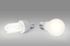 Ampoule d'énergie inférieure contre l'ampoule normale Images libres de droits