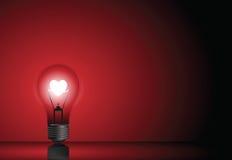 Ampoule d'amour à l'arrière-plan rouge Photo libre de droits