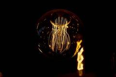 Ampoule d'Edison accrochant sur un long fil Lumière jaune chaude confortable rétro Images libres de droits