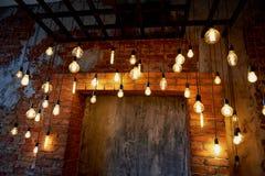 Ampoule d'Edison accrochant sur un long fil Lumière jaune chaude confortable rétro Image stock