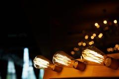 Ampoule d'Edison accrochant sur un long fil Lumière jaune chaude confortable rétro Image libre de droits