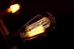 Ampoule d'Edison accrochant sur un long fil Lumière jaune chaude confortable rétro Photo libre de droits