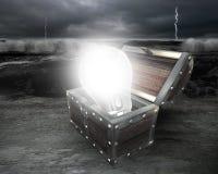 ampoule 3D lumineuse dans le coffre au trésor Photos stock