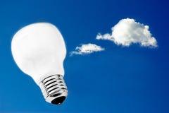 Ampoule dans le ciel, métaphore pour l'innovation Image stock