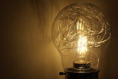 Ampoule dans le foncé, lumière dans l'obscurité Photo libre de droits