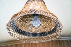 Ampoule dans un abat-jour en osier Photo libre de droits