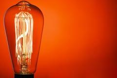 Ampoule de cru, sur le fond rouge lumineux Composition abstraite Vieux type IDÉE ! ! ! Placez pour votre texte photographie stock libre de droits