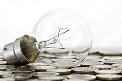 Ampoule de filament se trouvant sur des pièces de monnaie images stock