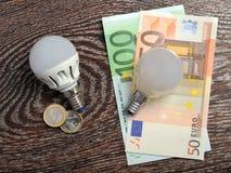 Ampoule de LED et lampe à incandescence à d'euro factures Photos libres de droits