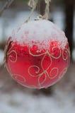 Ampoule de Noël couverte de neige Images libres de droits