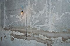 Ampoule de PBurning sur le mur du bâtiment art du mur de maçonnerie à un chantier de construction photos libres de droits