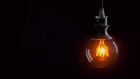 Ampoule de vintage sur le fond foncé image libre de droits