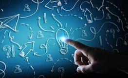 Ampoule et flèches tirées par la main émouvantes d'homme d'affaires avec son fi Photos stock