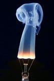 Ampoule et fumée bleue sur le noir photos libres de droits