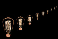Ampoule incandescente sur le noir image libre de droits