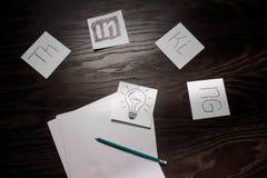 Ampoule pensant à l'idée créative d'affaires Photographie stock