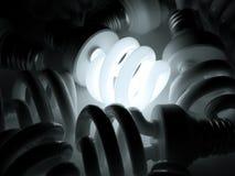 Ampoule rougeoyante illuminant autres Images stock