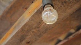 Ampoule sale et boueuse sous l'auvent banque de vidéos