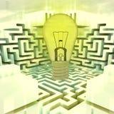 Ampoule shinning légère au-dessus de labyrinthe Photographie stock libre de droits