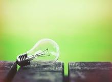 Ampoule sur la table en bois images stock