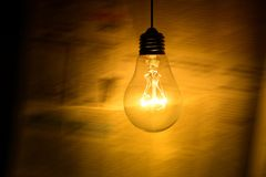 Ampoule sur le fond foncé photographie stock libre de droits
