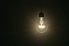 Ampoule sur le fond foncé photo stock
