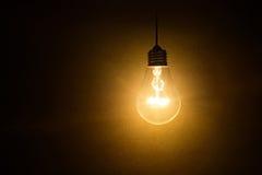 Ampoule sur le fond foncé photo libre de droits