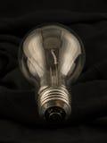 Ampoule sur le tissu noir image libre de droits