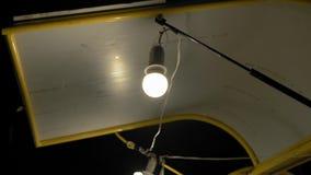 Ampoule sur le wagon-restaurant de corniche en parc pour Noël banque de vidéos