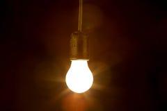 Ampoule sur un fond noir photo stock