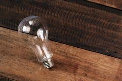 Ampoule sur une table en bois Images stock