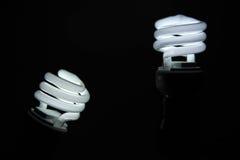 Ampoules économiseuses d'énergie fluorescentes, lumière dans l'obscurité images libres de droits