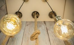 Ampoules accrochantes au-dessus de fond en bois superficiel par les agents images libres de droits