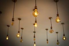 Ampoules antiques décoratives contre, mur blanc, idée décorative intéressante pour la cuisine ou café Image libre de droits